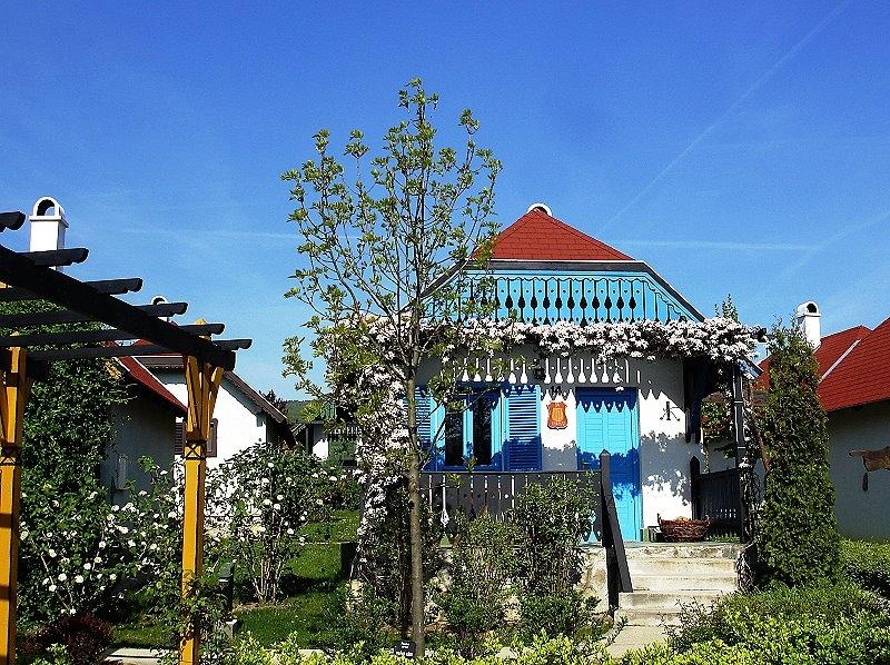 http://www.schoener-reisen.at/Bildergalerie/data/media/654/velem_milieniumpark_huser_13.jpg