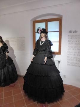 16 Robe in Schwarz mit Rüschenrock