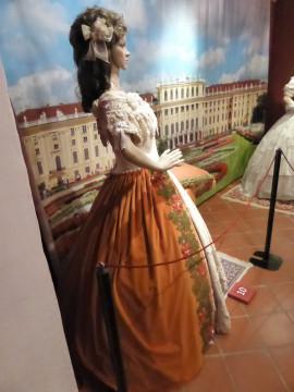 10 Festrobe beige und orange, getragen von der 16-J als Verlobte des österr. Kaisers (2)
