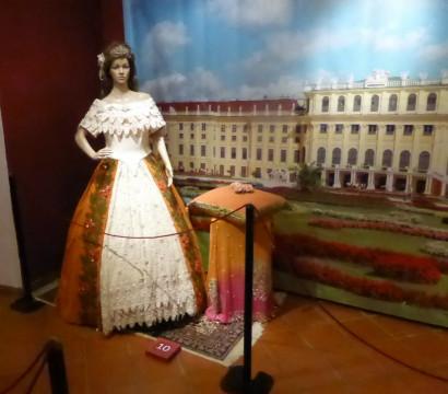 10 Festrobe beige und orange, getragen von der 16-J als Verlobte des österr. Kaisers (1)