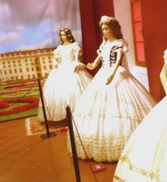 04 Diese Robe Trug sie bei der Krönung zur Königin von Ungarn. Reine Seide.