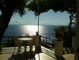 Korfu: Frühstückstisch unter Oliven und Wein